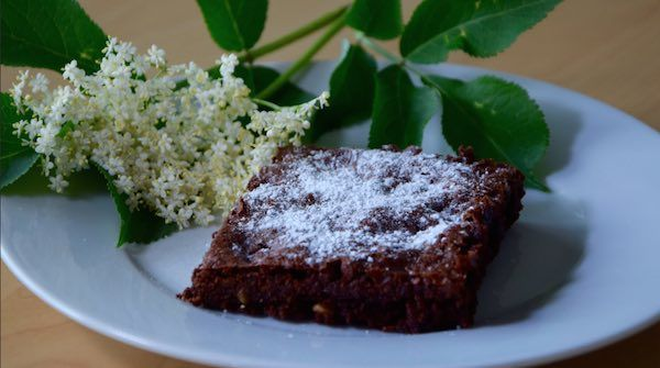 Brownies-selber-backen-Video-mit-Puderzucker-dekoriert