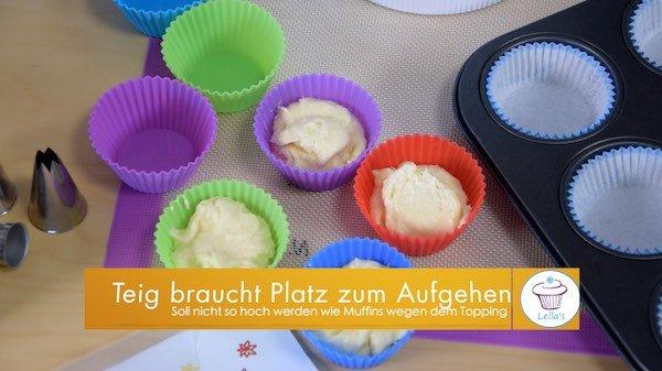 Cupcakes-Topping-Teig-in-die-Foermchen-geben