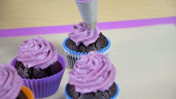 Dessert-Heidelbeer-Cupcakes-Rezept-Topping-spritzen